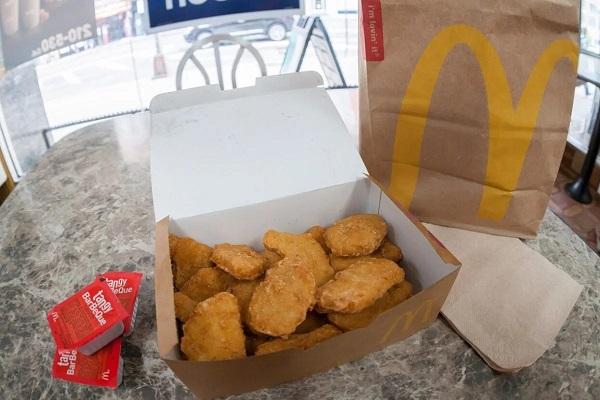 Работник McDonald's признался, что подкладывал клиентам дополнительный наггетс. Теперь его все благодарят