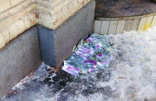 У Полтаві екс-азовці закидали петардами та «грошима» будівлю Апеляційного суду