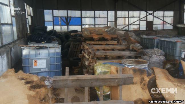Часть складских помещений «Эконики» — это старый плохонький навес без стен