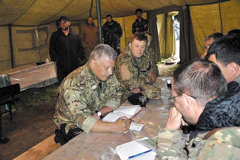 Денис Беднарский (в центре) во время одной из командировок на Северный Кавказ