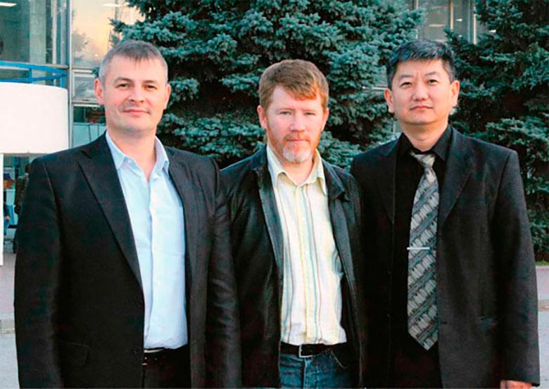 Дмитрий Филатов (в центре) с коллегами