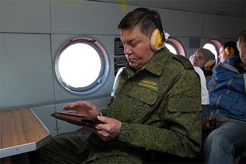 Олег Кувшинников в вертолете в Вытегре