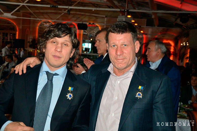 Олег Крапивин (справа)