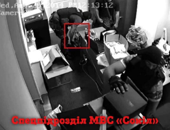 Уличенные в ограблении ювелирного магазина сотрудники правоохранительных органов продолжают работать в полиции и прокуратуре, - активист Шевченко 04
