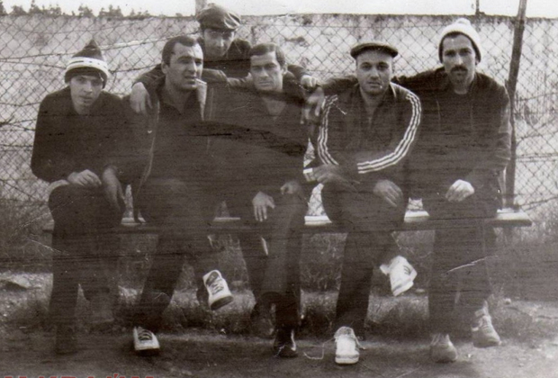 Впереди — слева направо: Гела Кипиани, Тариел Ониани (Таро), Темури Немсицверидзе (Црипа), Автандил Чихладзе (Квежо), Вахтанг Чочия (Вато). Сзади: Николай Сохадзе (Коки). 1985 год, Грузия, ИТК-46 в городе Цулукидзе