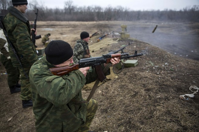 Volunteers of the separatist self-proclaimed Donetsk People`s Republican guard fire their weapons during shooting training in Donetsk March 1, 2015.  REUTERS/Baz Ratner (UKRAINE - Tags: POLITICS CIVIL UNREST CONFLICT MILITARY)
