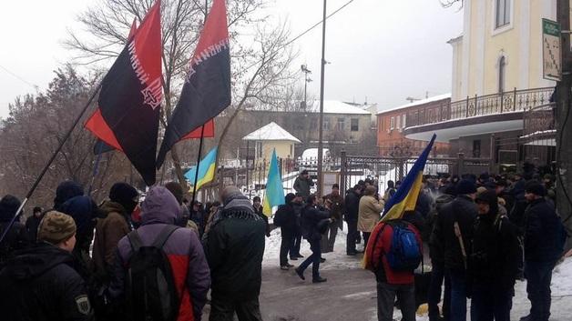 Под крики «Труханова на нары» активисты напали на мэра Одессы возле суда