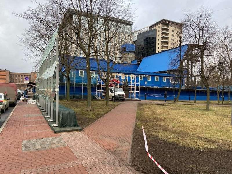 Памятник Собчаку огородили забором