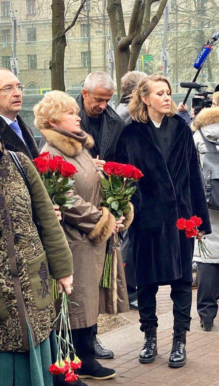 Людмила Нарусова и Ксения Собчак у памятника Собчаку в годовщину его смерти